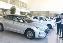 Nhân viên của Hyundai Gia Lai tư vấn xe cho khách hàng. Ảnh: V.T