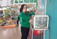 Chị Lâm Thị Nhung (phường Yên Đổ, TP. Pleiku) đóng góp một phần nhỏ  giúp những hoàn cảnh không may. Ảnh: H.P