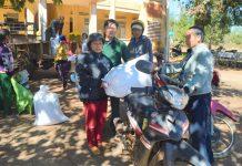 Người dân xã Kon Gang, huyện Dak Đoa nhận gạo cứu trợ của Chính phủ. Ảnh: Đinh Yến