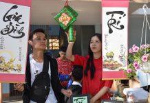 Các em học sinh thích thú với gian hàng Thư pháp Việt. Ảnh: Trần Dung
