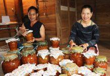 Các thành viên HTX Nông nghiệp và Dịch vụ Kông Pla (xã Kông Pla, huyện Kbang) bên những ghè rượu men lá rừng. Ảnh: N.M