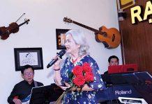 Một ca sĩ U60 biểu diễn tại phòng trà Rạng Đông. Ảnh: N.S