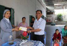 Thừa ủy quyền, Sở Lao động-Thương binh và Xã hội tặng quà Tết của tỉnh cho Mai ấm Phao Lô An Khê (thị xã An Khê). Ảnh: Ngọc Minh