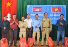 Lãnh đạo xã Ia Chía (huyện Ia Grai) tặng quà cho đại diện chính quyền và nhân dân xã Sê San (huyện Oyadav, tỉnh Ratanakiri, Vương quốc Campuchia). Ảnh: A.H