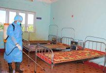 Trung tâm Y tế thuộc Công ty TNHH một thành viên Cao su Chư Prông phun thuốc tiêu độc, khử trùng tại khu vực điều trị bệnh. Ảnh: Đ.Y