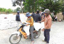 Người dân được nhận gạo cứu đói giáp hạt  từ nguồn  cứu trợ của Chính phủ. Ảnh: Thanh Nhật