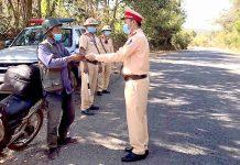 Cán bộ, chiến sĩ Đội Cảnh sát Giao thông-Trật tự Công an huyện Chư Păh tuần tra, kiểm soát đảm bảo ATGT trên địa bàn. Ảnh: Lê Hòa