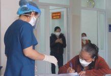 5 bệnh nhân mắc COVID-19 nhận được quyết định xuất viện và tự cách ly tại nhà. Ảnh TTuấn