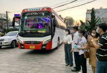 Phó Chủ tịch UBND Nguyễn Thị Thanh Lịch (áo trắng) đón đoàn công tác về tại Khách sạn  Tre Xanh (TP. Pleiku). Ảnh: Như Nguyện