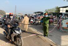 Đúng 8 giờ 10 phút ngày 25-2, các chốt phong tỏa cửa ngõ ra vào thị xã Ayun Pa và huyện Ia Pa được gỡ bỏ. Ảnh: Vũ Chi