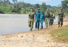 Cán bộ, chiến sĩ Đồn Biên phòng Ia O phối hợp với lực lượng dân quân tuần tra biên giới. Ảnh: Anh Huy