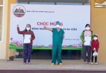 Bác sĩ Nguyễn Tấn Phúc chúc mừng các bệnh nhân mắc Covid-19 được ra viện. Ảnh: Minh Nguyễn