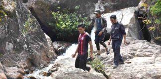 Du khách khám phá thác Đê Kôn (xã Hà Ra, huyện Mang Yang). Ảnh: Hà Phương