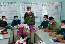 Trung tá Trần Ngọc Oánh-Phó CHT Ban Chỉ huy Quân sự huyện Krông Pa, triển khai nhiệm vụ cho lực lượng phục vụ tại khu tập trung thanh niên SSNN. Ảnh: Xuân Hồng
