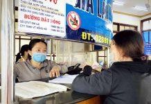 Hành khách và nhân viên tại khu bán vé phải luôn đeo khẩu trang để phòng-chống dịch Covid-19. Ảnh: Lê Hòa