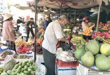Giá trái cây hầu hết chỉ tăng giá nhẹ so với mấy ngày trước đó. Ảnh: Vũ Thảo