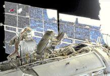 Phi hành gia người Nga Oleg Novitsky (bên trái) và Pyotr Dubrov thực hiện chuyến đi bộ ngoài không gian đầu tiên vào ngày 2-6. Ảnh cắt từ video của Roscosmos.