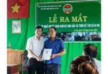 Chủ tịch Hội Nông dân xã trao quyết định thành lập Tổ hội chăn nuôi bò sinh sản thôn Kế Tân. Ảnh: Vũ Chi