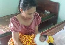 Y tá của Bệnh xá Công ty TNHH 1 thành viên 715 đang chăm sóc cháu bé bị bỏ rơi. Ảnh: Nguyễn Tú
