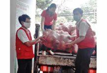 Hội Chữ thập đỏ tỉnh tiếp nhận rau củ quả hỗ trợ người dân vùng dịch. Ảnh: Hồng Ngọc