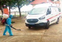 Phun hóa chất khử khuẩn phương tiện khi vào khu cách ly tập trung ở huyện Mang Yang. Ảnh: Thiên Di