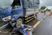 Xe ô tô đã kéo lê xe máy hơn 10 mét trước khi dừng lại