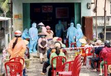 Lấy mẫu xét nghiệm SARS-CoV-2 cho người dân. Ảnh: Như Nguyện
