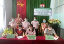 Lễ ký kết giữa đại diện Phòng Giao dịch Ngân hàng Chính sách Xã hội huyện Ia Grai với các doanh nghiệp. Ảnh: Minh Thoan