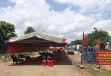 Người trở từ về từ vùng dịch được bố trí nghỉ ngơi tại các lều trong lúc chờ khai báo y tế. Ảnh:  Quang Tấn