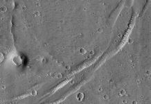 Phát hiện miệng núi lửa ma trên sao Hỏa. Ảnh: HiRISE