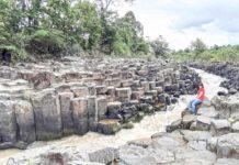 Suối đá triệu năm ở làng Vân (thị trấn Ia Ly, huyện Chư Păh). Ảnh: Nguyễn Quang Tuệ