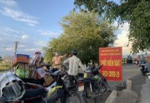 Chốt kiểm soát được thiết lập tại cầu Bến Mộng (khu vực giáp ranh giữa thị xã Ayun Pa và huyện Ia Pa) ngay sau khi phát hiện ca dương tính là cô giáo trú tại thị trấn Phú Túc, huyện Krông Pa. Ảnh: Vũ Chi