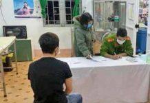 Lực lượng chức năng ra quyết định xử phạt ông N.P.D. Ảnh: Quốc Việt