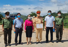 Lãnh đạo thị xã Ayun Pa trao giấy khen cho lực lượng tại chốt kiểm soát dịch Covid trên tỉnh lộ 668 đoạn chạy qua thị xã Ayun Pa. Ảnh: Nguyễn Sang