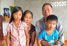Vợ chồng ông Nguyễn Huệ và 2 cháu nội. Ảnh: Anh Huy