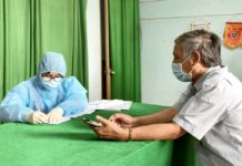 Nhân viên y tế lấy thông tin trước khi thực hiện lấy mẫu xét nghiệm cho người dân. Ảnh: Như Nguyện