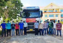 Cán bộ, nhân dân thị xã Ayun Pa và huyện Ia Pa chuyển hơn 20 tấn hàng để hỗ trợ người dân thành phố Dĩ An, tỉnh Bình Dương