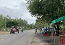 Chốt kiểm soát dịch tại chân đèo Tô Na (giáp ranh với thị xã Ayun Pa) được thiết lập lại nhằm kiểm soát người và phương tiện từ vùng dịch về địa phương. Ảnh: Vũ Chi
