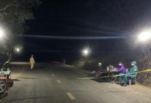 Mặc dù gió rít từng cơn lạnh buốt nhưng lực lượng trực chốt tại thị xã Ayun Pa vẫn đảm bảo quân số túc trực kiểm soát phương tiện qua lại. Ảnh: Vũ Chi
