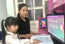 Chị Võ Thị Thùy Linh (thôn 2, xã Trà Đa, TP. Pleiku) đồng hành cùng con gái học lớp 1 trong quá trình học trực tuyến. Ảnh: Mộc Trà