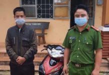 Công an xã Ia Yok (huyện Ia Grai) trả lại chiếc xe máy bị trộm cho gia đình chị Phạm Thị Minh Phượng. Ảnh: Thúy Trinh