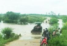 Nước lũ từ thượng nguồn đổ về đã khiến một đoạn đường tại xã Pờ Tó bị ngập sâu trong nước. Ảnh: Đinh Tùng