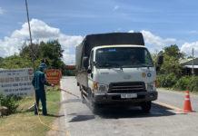 Lực lượng chức năng huyện Krông Pa kiểm soát chặt chẽ phương tiện từ vùng có dịch vào địa phương. Ảnh: Vũ Chi