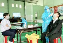 Ngày 20-9, các cơ quan chức năng đã tiến hành lấy mẫu sàng lọc tại 6 trường học trên địa bàn TP.Pleiku là 1.106 người, tất cả các mẫu xét nghiệm đều có kết quả âm tính. Ảnh: Như Nguyện