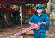 Lực lượng chức năng xã  tiến hành gỡ dây phong tỏa khu vực dân cư thôn 2 (xã An Phú, TP. Pleiku). Ảnh: Bá Bính