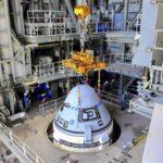Tàu vũ trụ CST-100 Starliner của Boeing được gắn vào tên lửa đẩy Atlas V tại trung tâm phóng tàu vũ trụ ở Mũi Canaveral, Florida, Mỹ, ngày 17/7. Ảnh: AFP/TTXVN