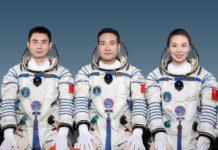 Các nhà du hành (từ trái sang): Diệp Quang Phú, Địch Chí Cương và Vương Á Bình với sứ mệnh cùng Tàu vũ trụ Thần Châu 13 bay vào quỹ đạo, tại buổi họp báo ở Cơ quan hàng không vũ trụ Trung Quốc, ngày 14/10/2021. (Ảnh: THX/TTXVN)
