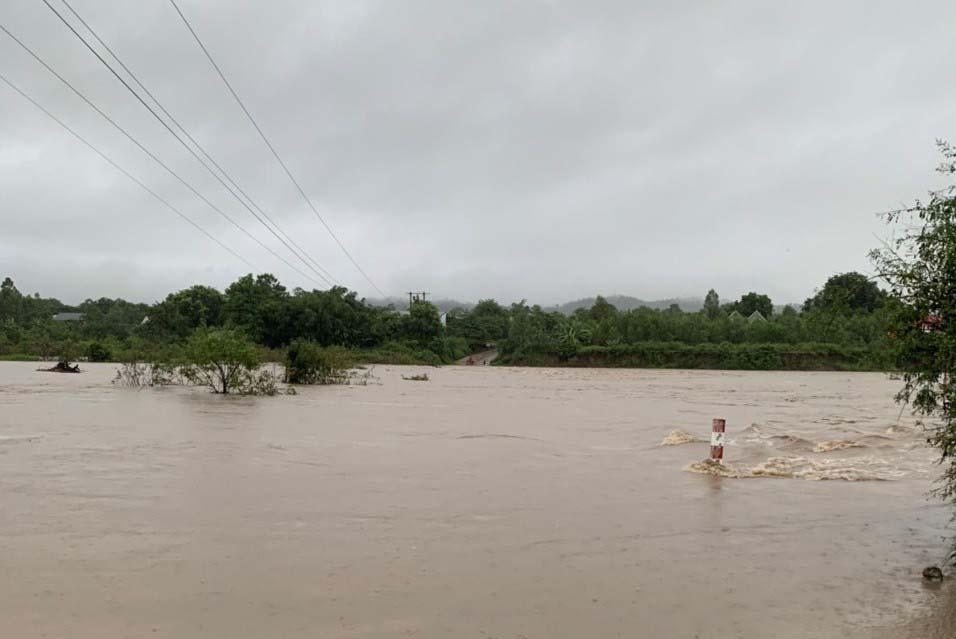 Mưa lớn khiến nước lớn chảy tràn qua ngầm tràn thôn Mơ Năng 2 (xã Kim Tân, huyện Ia Pa). Ảnh: Lê Nam