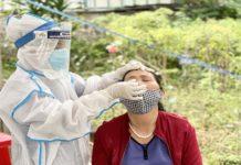 Nhân viên Y tế lấy mẫu xét nghiệm cho người dân trên địa bàn phường Phù Đổng, TP. Pleiku. Ảnh: Như Nguyện